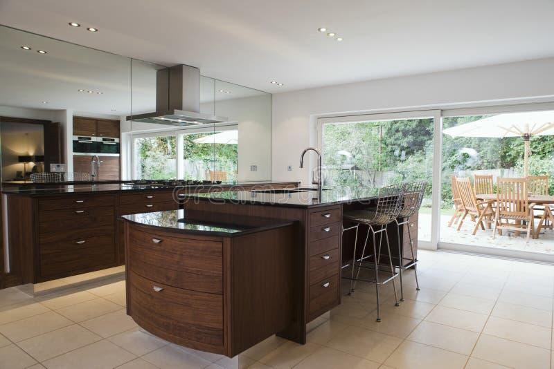 Cozinha moderna com o espaço para refeições no patamar imagens de stock