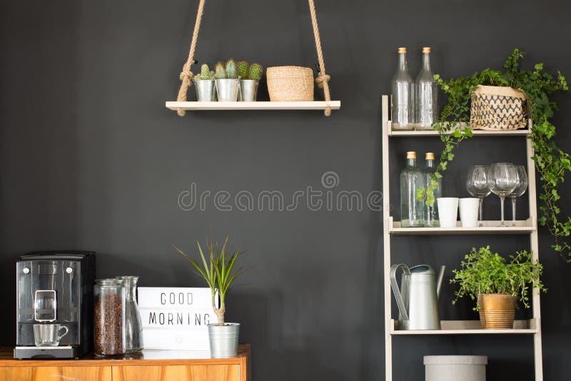 Cozinha moderna com parede preta fotografia de stock royalty free