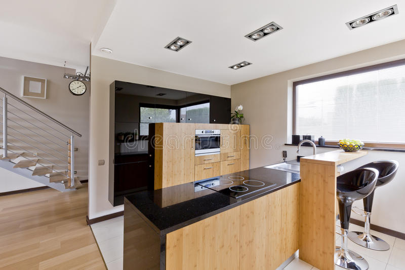 Cozinha moderna com tamboretes de barra imagem de stock