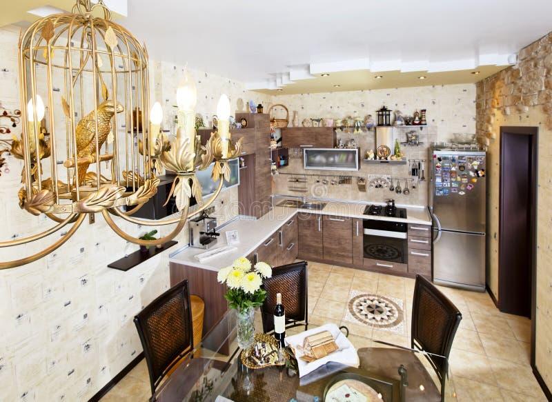 Cozinha moderna de madeira do estilo com tabela de jantar e a lâmpada bonita fotos de stock