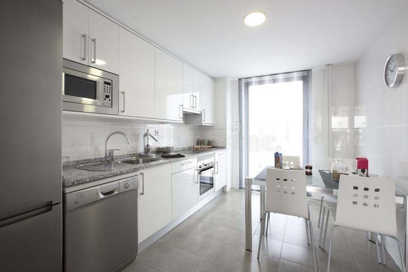 Cozinha moderna do agregado familiar imagens de stock