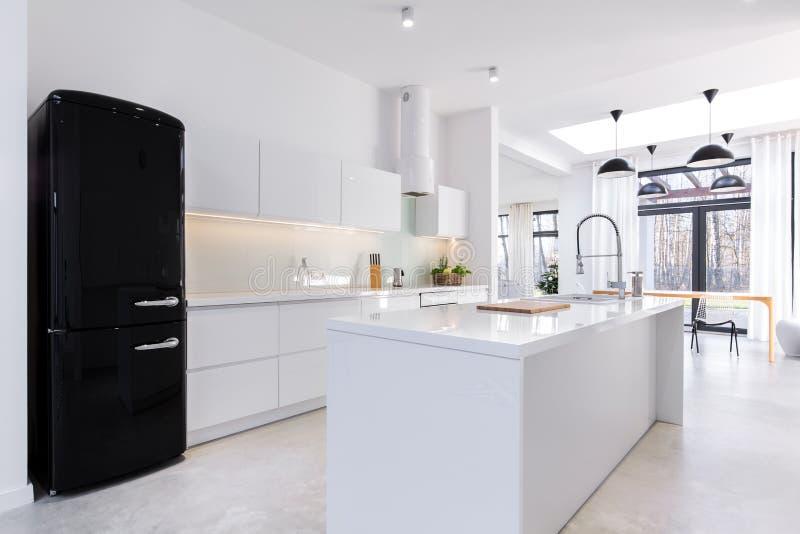 Cozinha moderna e clara imagem de stock