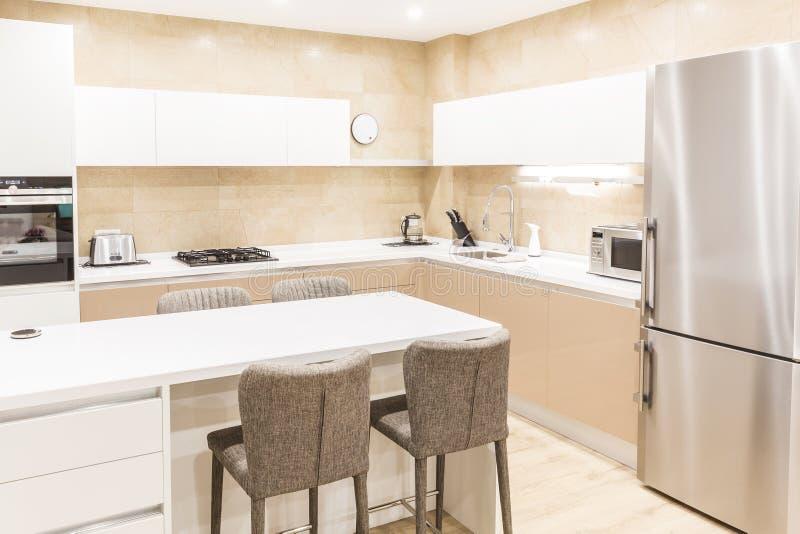 Cozinha moderna em um apartamento luxuoso no tom bege imagens de stock