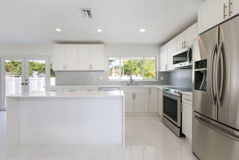Cozinha moderna em uma casa vaga fotografia de stock royalty free