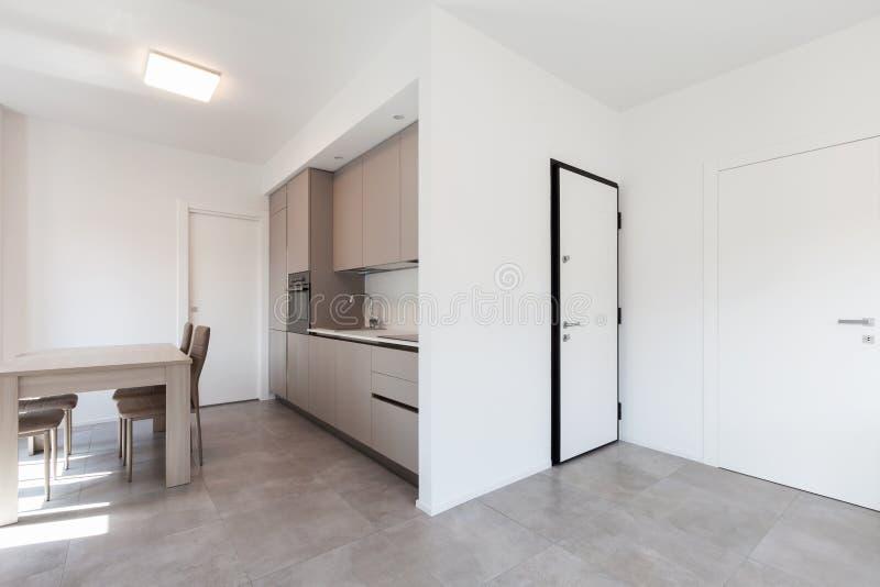 Cozinha moderna no apartamento branco total foto de stock royalty free