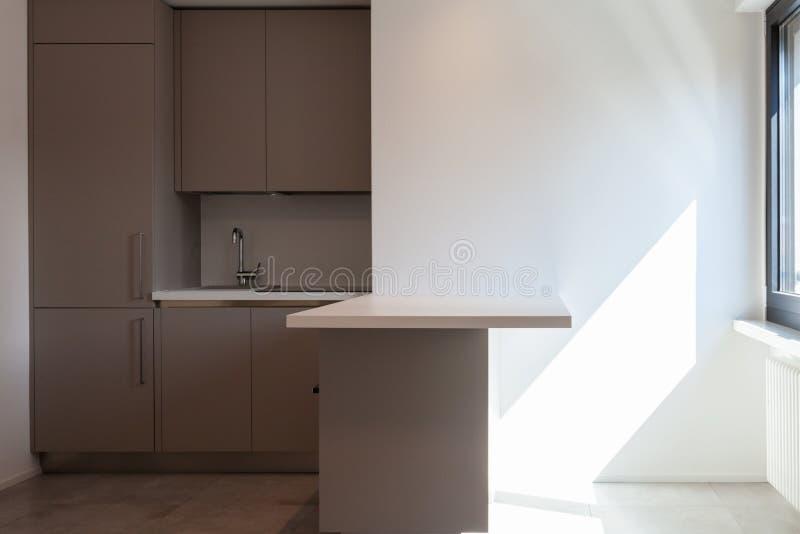 Cozinha moderna no apartamento branco total fotos de stock