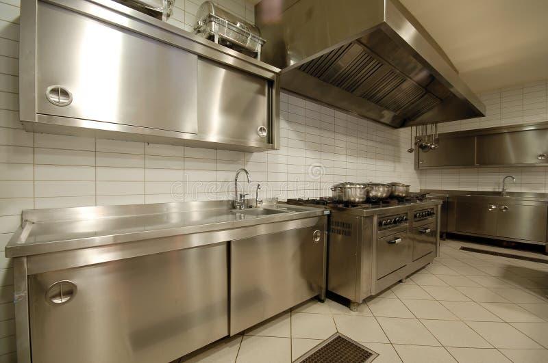 Cozinha moderna no ` do restaurante imagens de stock royalty free