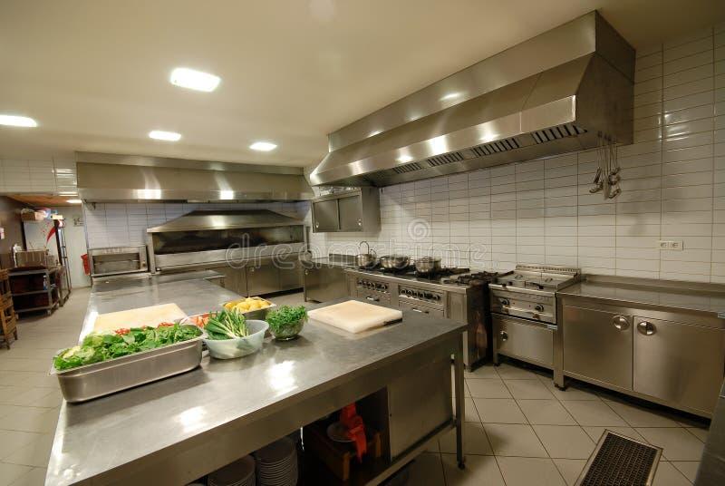 Cozinha moderna no ` do restaurante imagem de stock royalty free