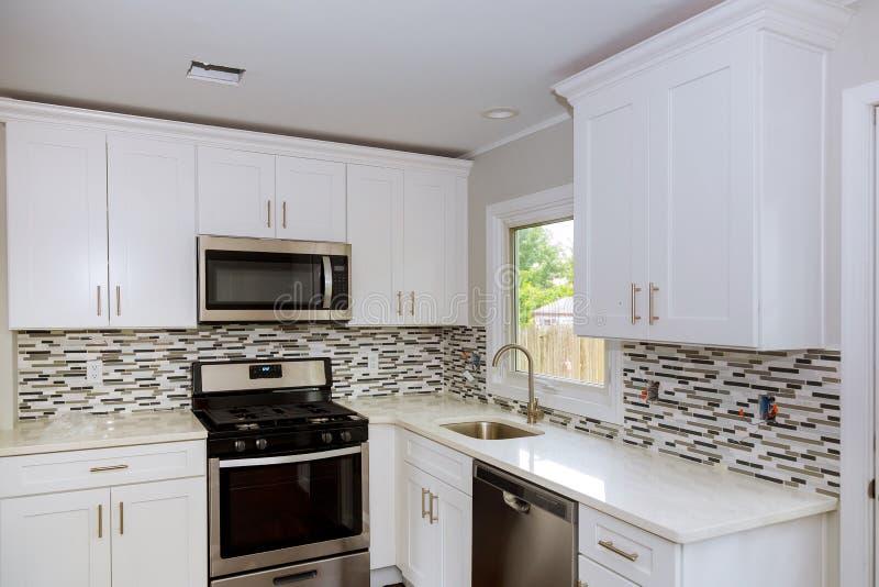 Cozinha moderna nova com dispositivos de aço inoxidável imagem de stock royalty free