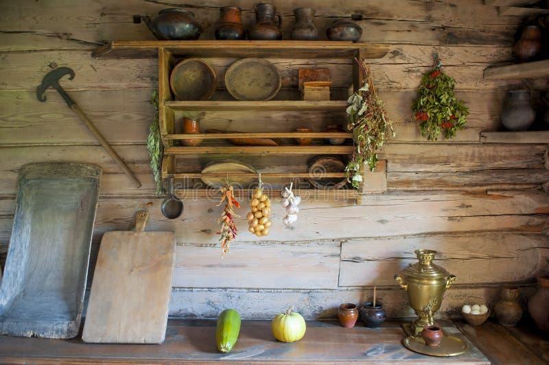 Cozinha na casa de um camponês pobre fotografia de stock royalty free