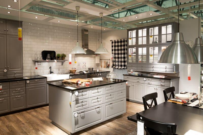 Cozinha na loja de móveis Ikea foto de stock