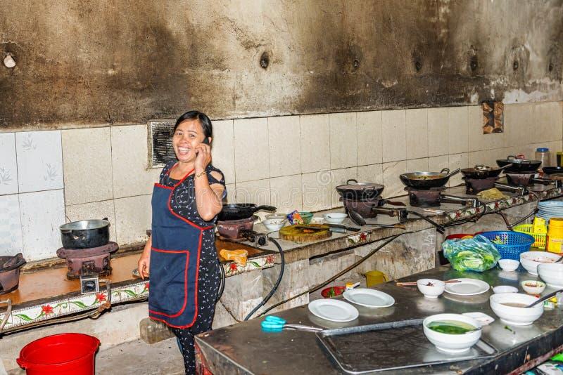 Cozinha no restaurante local na cidade de Vinh, Vietname imagens de stock royalty free