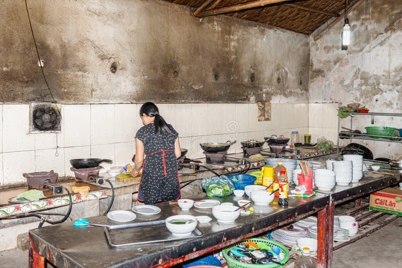 Cozinha no restaurante local na cidade de Vinh, Vietname foto de stock royalty free