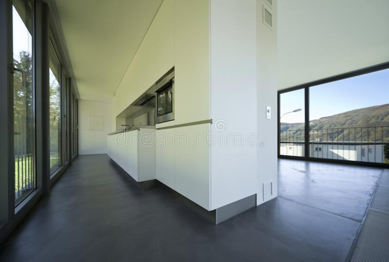 Cozinha nova do apartamento do design de interiores, a pequena e a vazia foto de stock royalty free