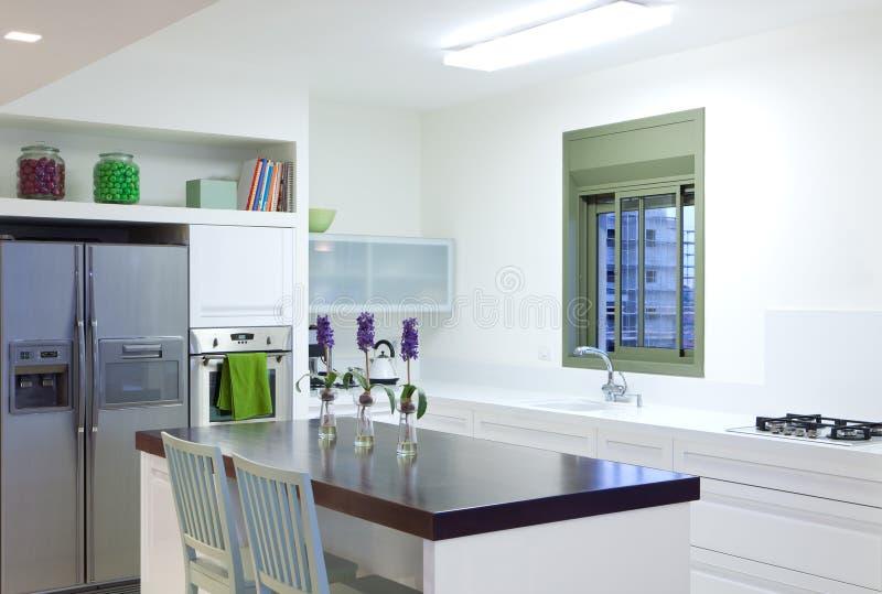 Cozinha nova em uma HOME moderna fotos de stock royalty free