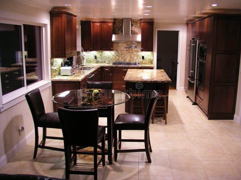 Cozinha nova espaçoso foto de stock