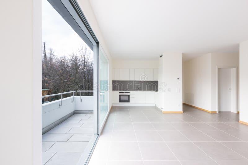 Cozinha nova, limpa e vazia na sala vazia imagem de stock