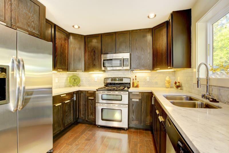 Cozinha nova luxuosa moderna do marrom escuro e do branco. foto de stock royalty free