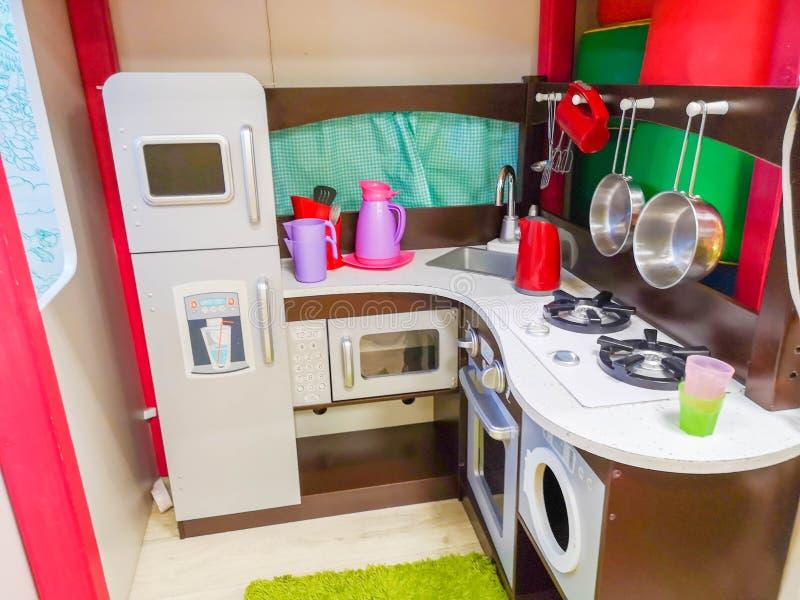 A cozinha, o jardim de infância e os brinquedos das crianças para crianças Cozinha pequena Área de cozimento diminuta foto de stock royalty free