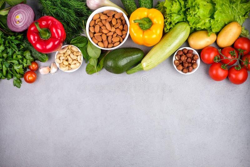 Cozinha - os vegetais orgânicos coloridos frescos capturaram de cima de fotos de stock