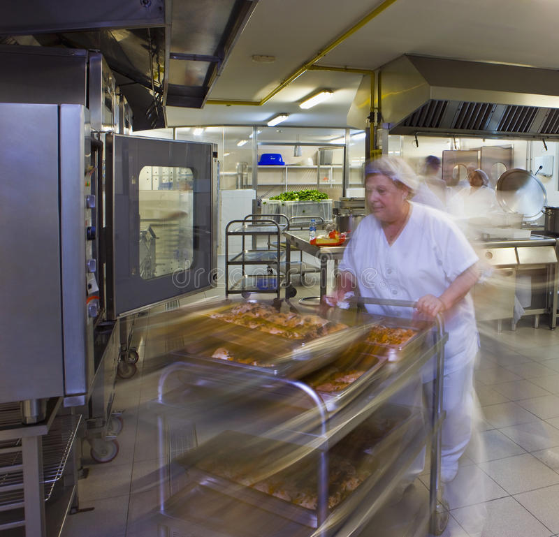 Cozinha Porter Pushes um trole das pastelarias imagem de stock