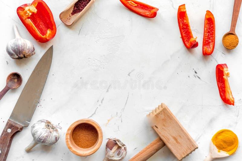 Cozinha profissional com as especiarias para o cozinheiro no modelo branco da opinião superior do fundo fotos de stock royalty free
