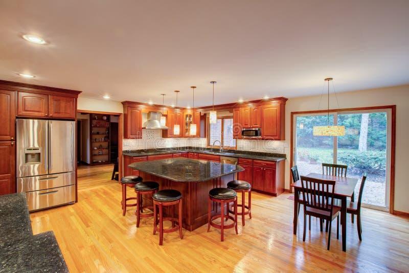 Cozinha recentemente terminada imagem de stock royalty free