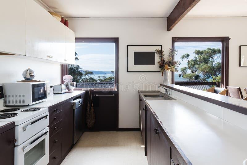 Cozinha 70s retro do estilo mais velho na casa de praia australiana imagem de stock
