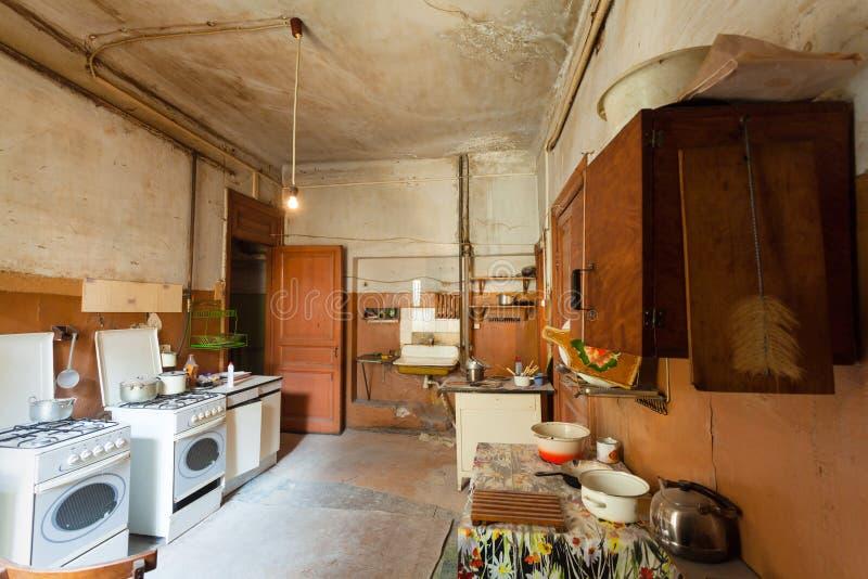 A cozinha suja com os fogões da mobília e de gás está no apartamento para os refugiados vivos provisórios da existência que foram fotos de stock royalty free