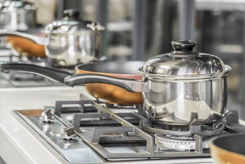 Cozinha típica de um restaurante na operação, imagens de stock royalty free