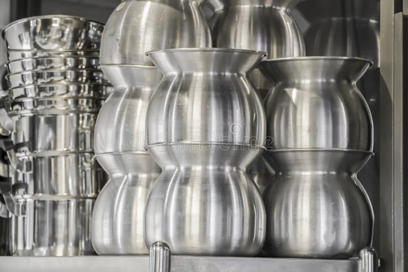 Cozinha típica de um restaurante na operação, fotografia de stock