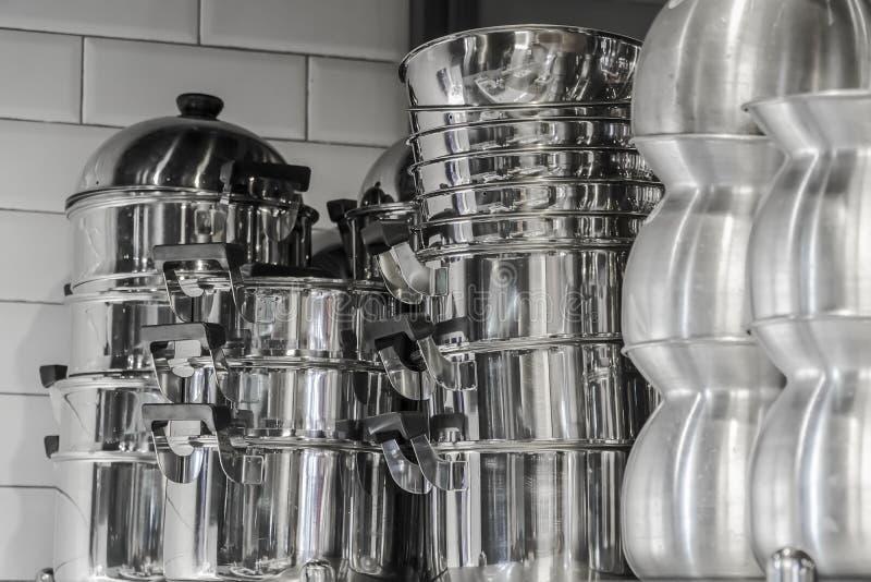 Cozinha típica de um restaurante na operação, imagem de stock royalty free