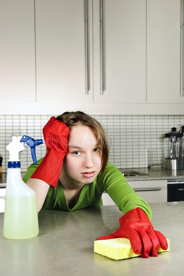 Cozinha Tired da limpeza da menina imagem de stock royalty free