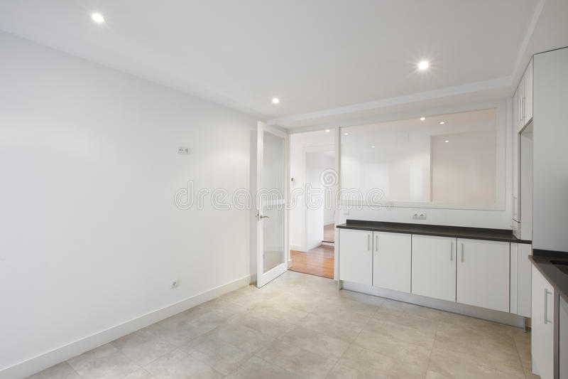 Cozinha vazia da casa com mobília branca fotos de stock royalty free