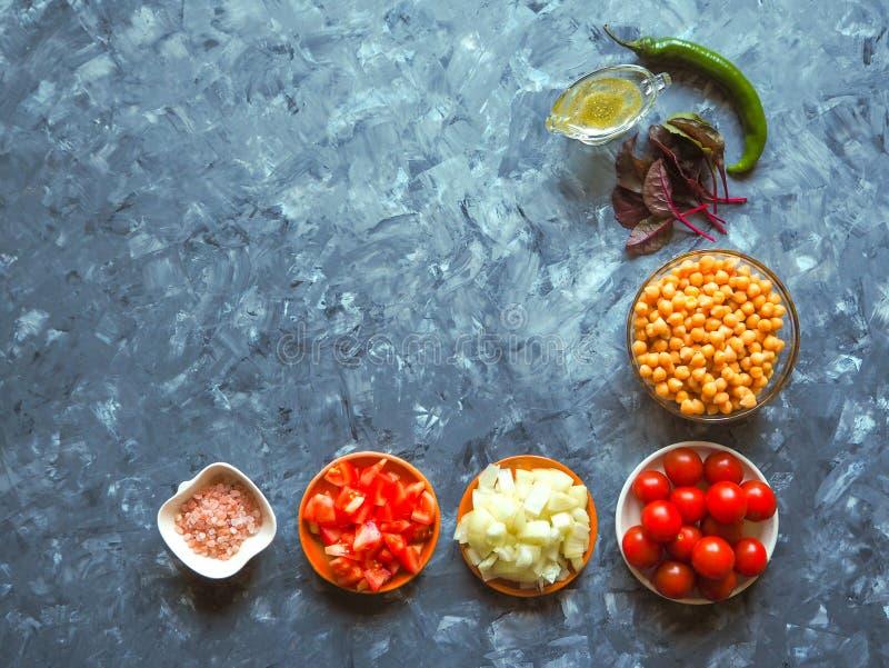 Cozinha - vegetais orgânicos coloridos frescos, vista superior Worktop de pedra cinzento como o fundo Disposição com espaço da có imagem de stock