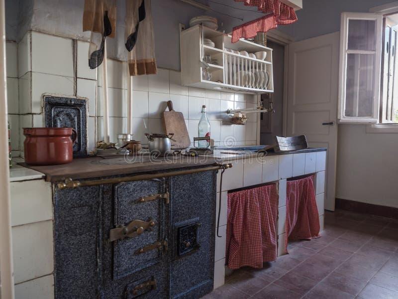 Cozinha velha em uma vizinhança da classe obreira de Legazpi no vale do ferro, Gipuzkoa, Espanha fotografia de stock
