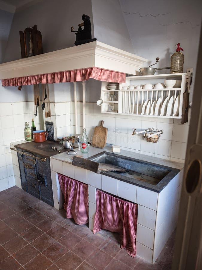 Cozinha velha em uma vizinhança da classe obreira de Legazpi no vale do ferro, Gipuzkoa, Espanha imagens de stock