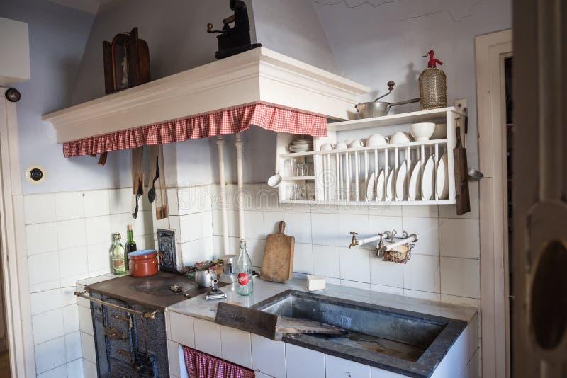 Cozinha velha em uma vizinhança da classe obreira de Legazpi no vale do ferro, Gipuzkoa, Espanha imagens de stock royalty free