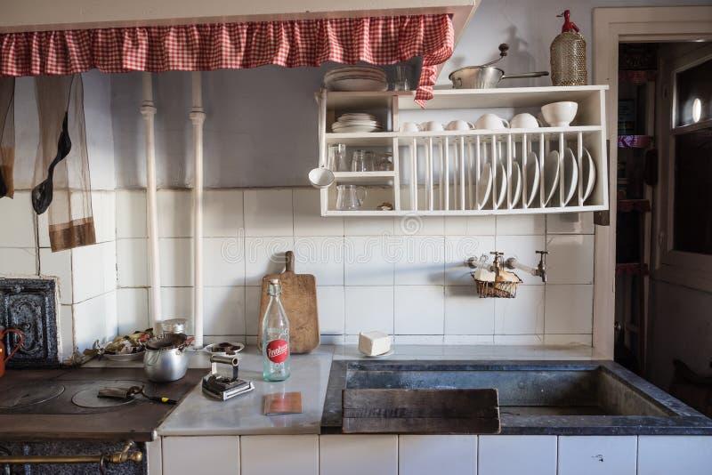 Cozinha velha em uma vizinhança da classe obreira de Legazpi no vale do ferro, Gipuzkoa, Espanha foto de stock