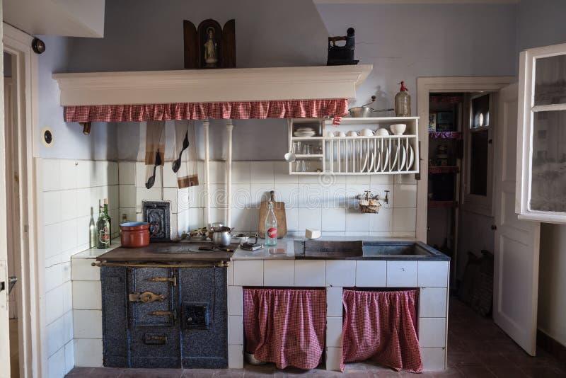 Cozinha velha em uma vizinhança da classe obreira de Legazpi no vale do ferro, Gipuzkoa, Espanha fotos de stock