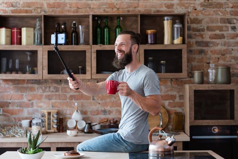 Cozinha video do homem do selfie do telefone da foto da tecnologia imagens de stock