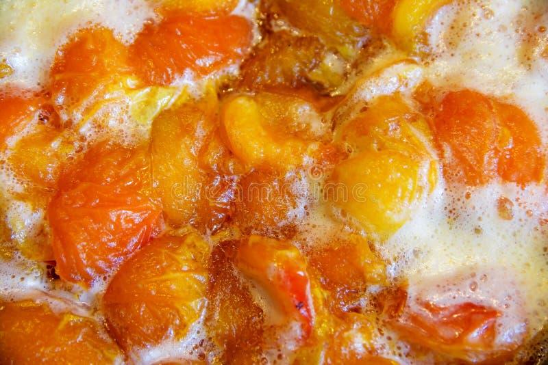 Cozinhando abricós e doce do pêssego imagem de stock