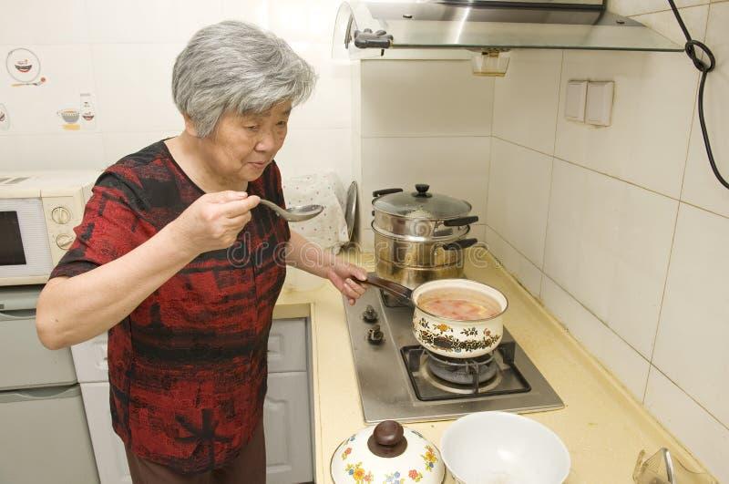 Cozinhando a avó imagem de stock