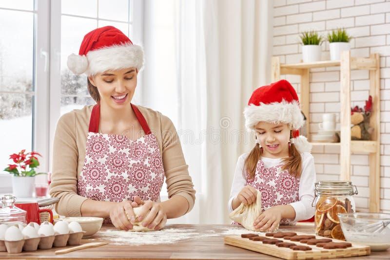 Cozinhando biscoitos do Natal imagem de stock
