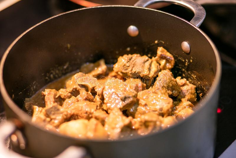 Cozinhando a carne em um potenciômetro imagem de stock