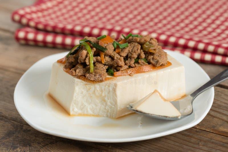 Cozinhando a cobertura do tofu com triture a carne de porco e a cenoura, cebola imagens de stock