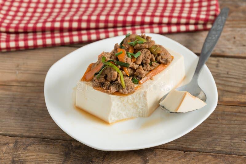 Cozinhando a cobertura do tofu com triture a carne de porco e a cenoura, cebola foto de stock