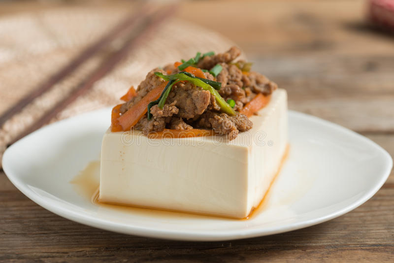Cozinhando a cobertura do tofu com triture a carne de porco e a cenoura, cebola imagem de stock