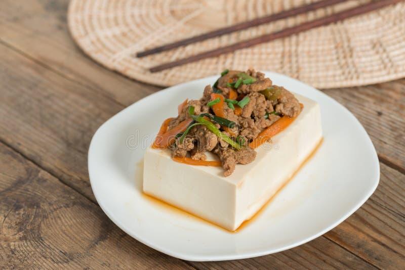 Cozinhando a cobertura do tofu com triture a carne de porco e a cenoura, cebola fotos de stock royalty free