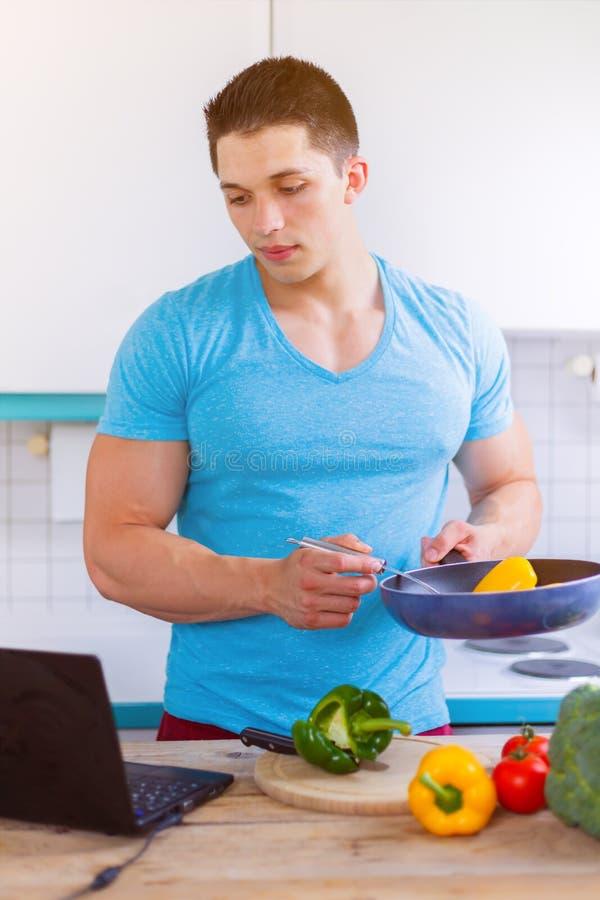 Cozinhando comer do formato de retrato do computador da receita dos vegetais do homem imagens de stock